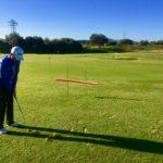 Ein Ball unten durch und ein Ball oben durch - Ziel zur Fahne. Die Poolnudel wird bei jedem Durchgang etwas verschoben, ohne dass der Golfer das sieht.