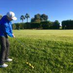 Hanglage beherrschen. Entweder gegen oder mit dem Hang. Super interessant zu sehen, was der Golfer daraus macht.
