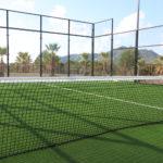 (Deutsch) Natürlich geht auch Tennis oder Padel spielen. 2 Kunstrasen-Tennisplätze und 4 Padelplätze stehen Ihnen zur Verfügung.