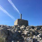 Ein Geopunkt auf der Bergspitze des Puig Thalia Freda - eine wunderbare Wanderung im Naturpark